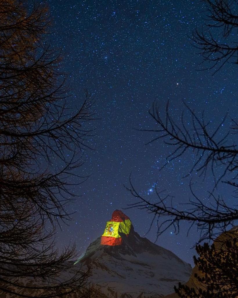 В знак поддержки Швейцария проецирует флаги стран на вершине горы Моттерхорн